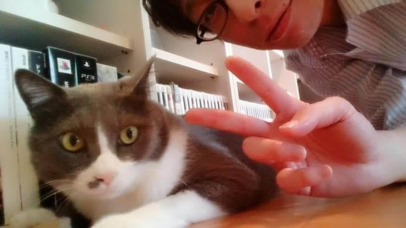 ピースする飼い主レウと愛猫モコ