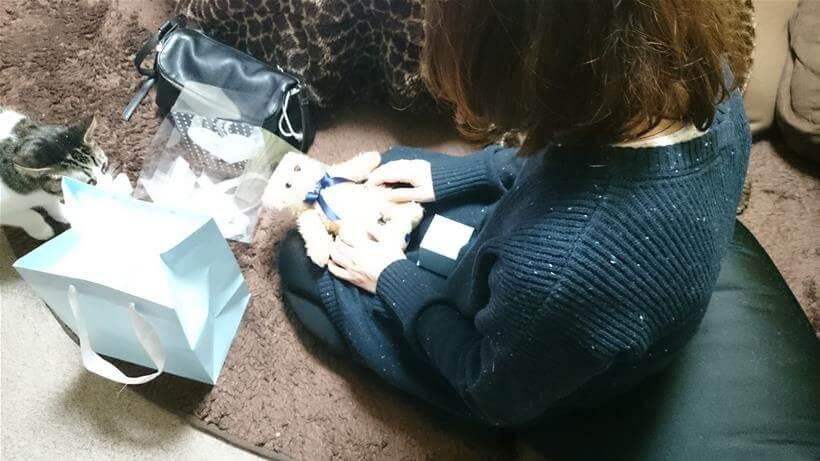 プレゼントを開ける彼女と愛猫ミミ