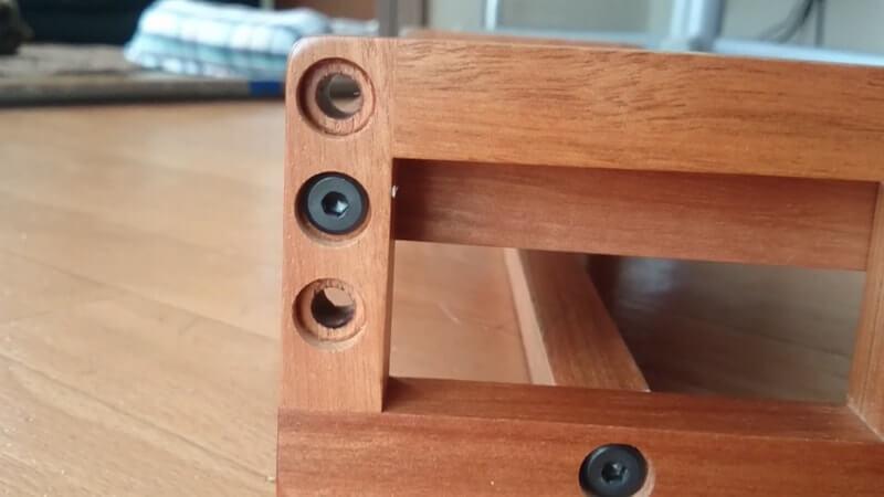 高さ調節出来る木製の餌台の側面