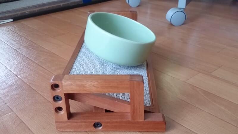 角度を変更出来る木製の餌台