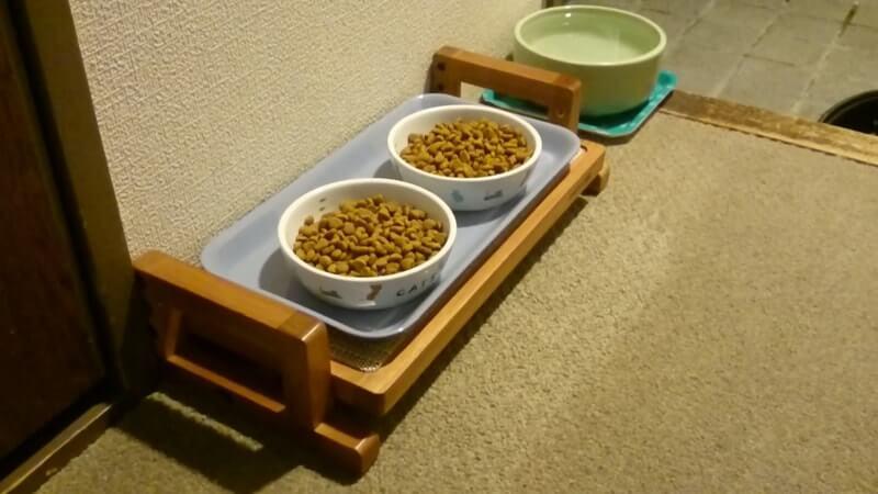 購入した木製の餌台にトレーを設置
