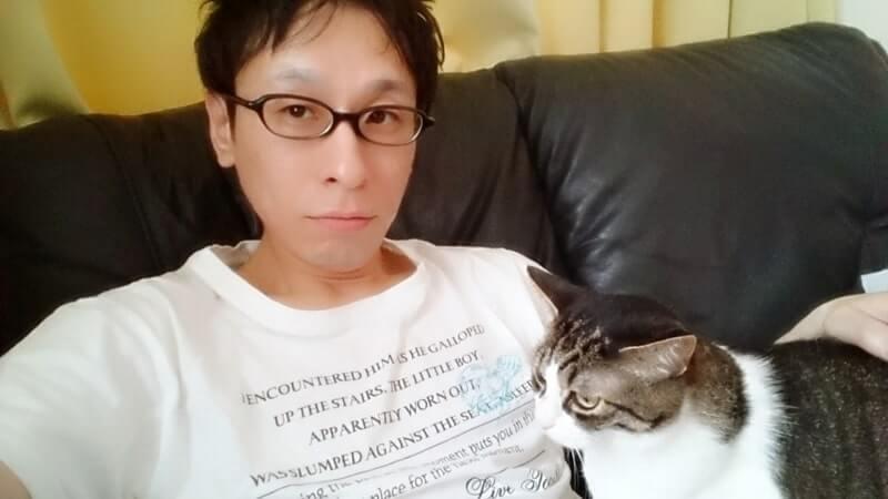 ソファで寛ぐ当ブログ運営者レウと愛猫ミミ